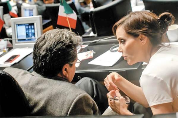 EQUIPO. Lilly Téllez platicó con el coordinador de Morena en el Senado, Ricardo Monreal.  Foto: Especial.