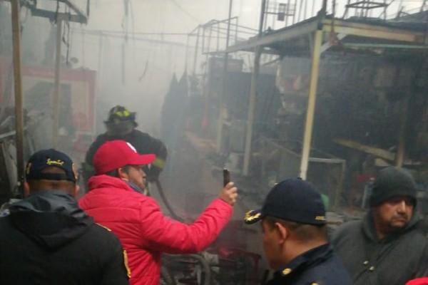 incendio-mercado-san-cosme-locales-locatarios-bomberos