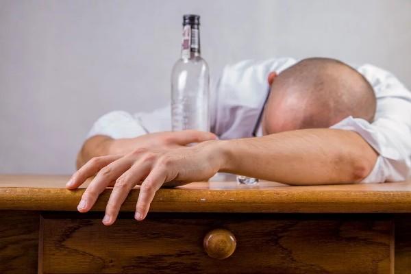resaca_cruda_bebidas_alcoholicas_navidad_fiestas_cura