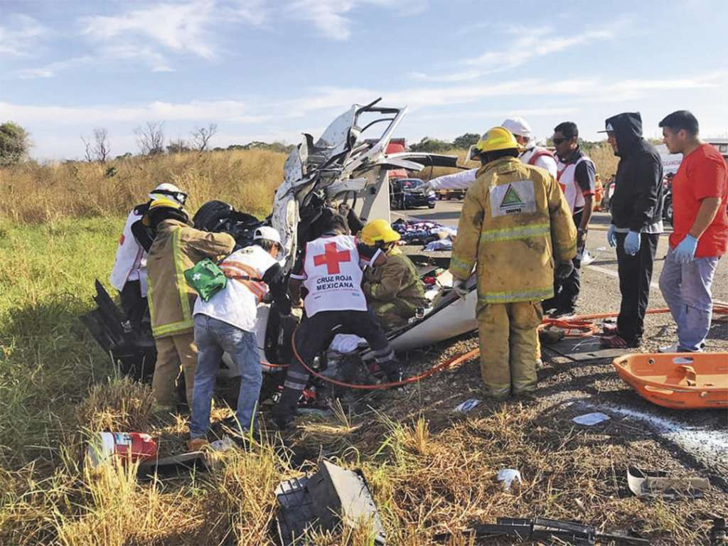 APOYO. Paramédicos, policía municipal y bomberos acudieron al lugar para auxiliar a los heridos. Foto: Especial