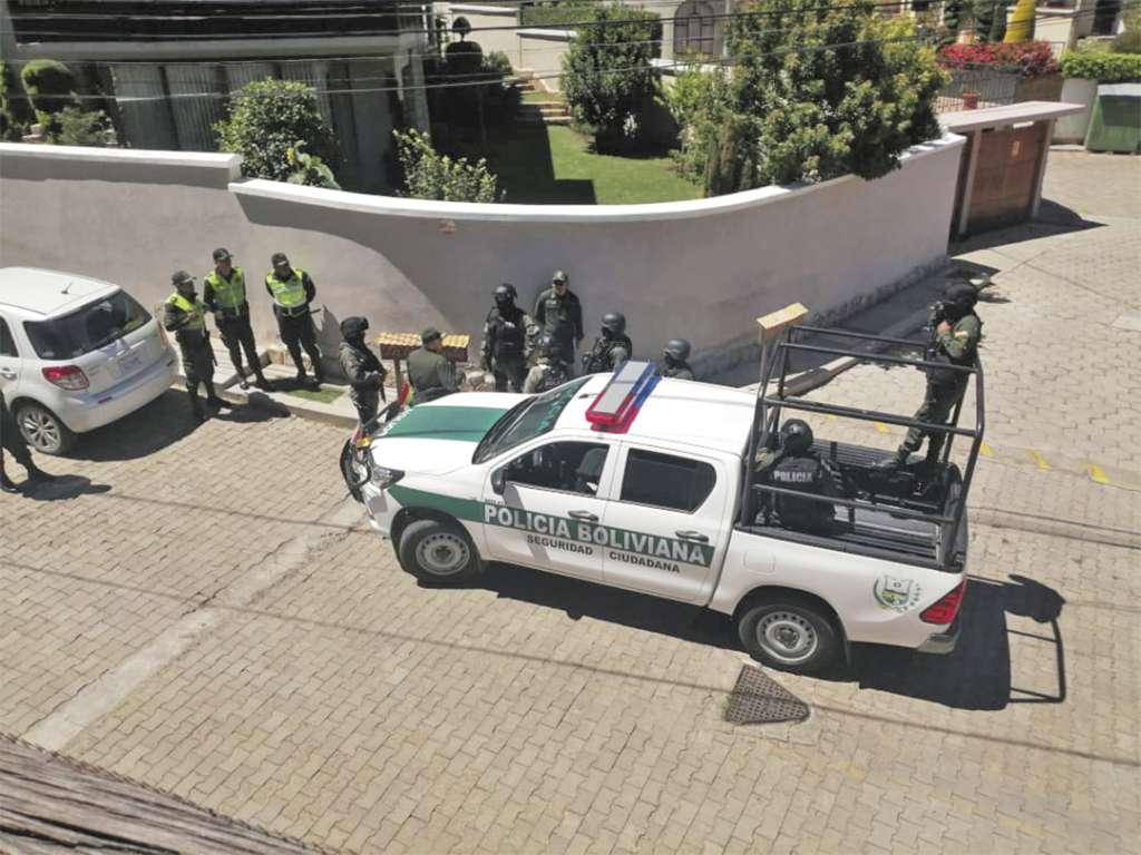 ESTÁN CERCADOS. La embajada mexicana ha denunciado acoso policial. Foto: Especial