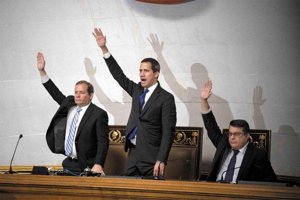 COMPROMISO. El venezolano Juan Guaidó se presentó a una sesión de la Asamblea Nacional. Foto: EFE