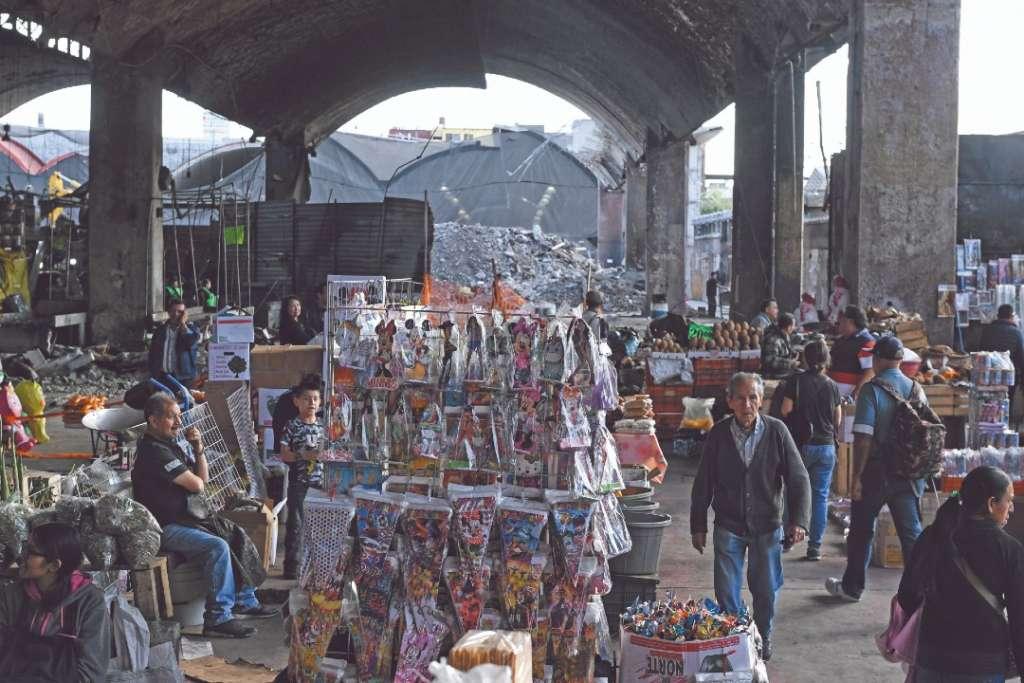 RIESGO. A algunos locatarios no les importó que el marcado esté destruido y vendieron sus mercancías. Foto: Nayeli Cruz