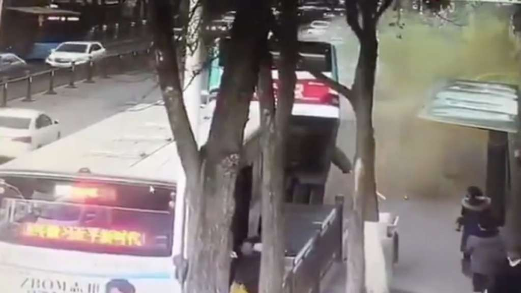 autobus-pasajeros-socavon-china-cayo-muertos