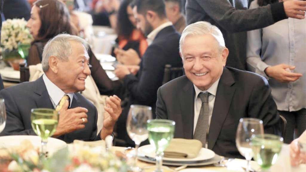 COMIDA. El Presidente convivió con Armando Manzanero y con la comunidad de compositores. Foto: Especial
