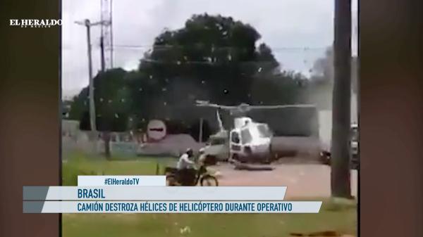 ¡Impactante! Helicóptero aterriza en plena carretera y camión le destroza sus hélices: VIDEO