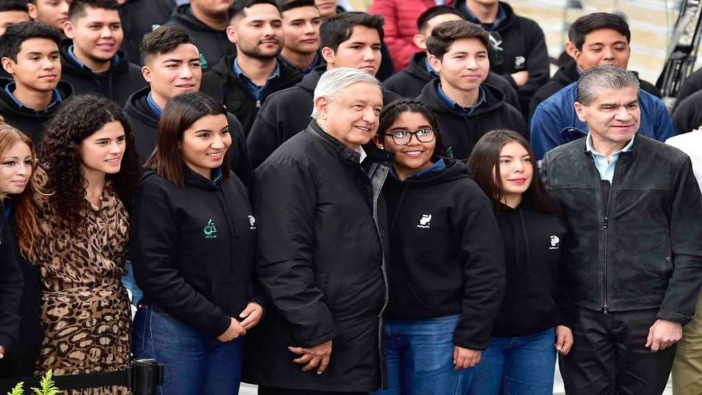 El jefe del Ejecutivo confió en que los jóvenes graduados tengan oportunidad de ser empleados por las empresas que los capacitaron.. Foto: Cuartoscuro