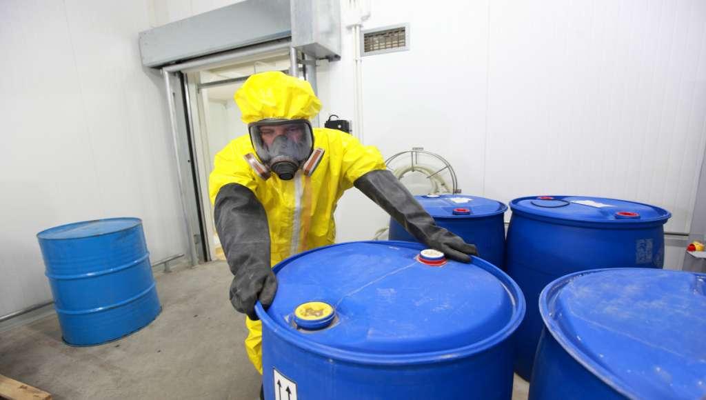 MANIOBRA CORRECTA.  Los recipientes deben tener etiqueta con nombre y características del residuo. Foto: Especial