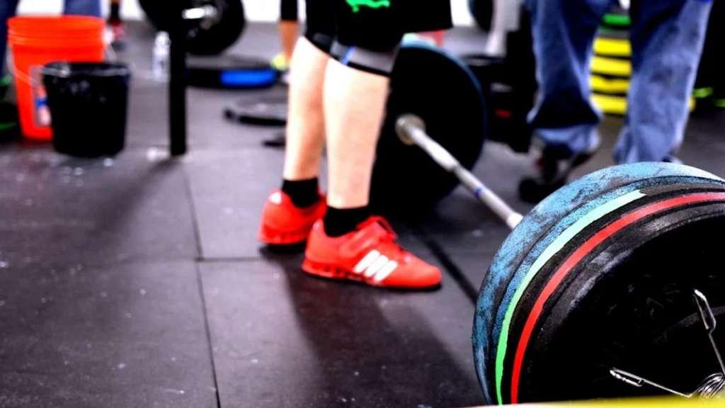 ejercicio salud peso muerto gimnasio deportes pesas