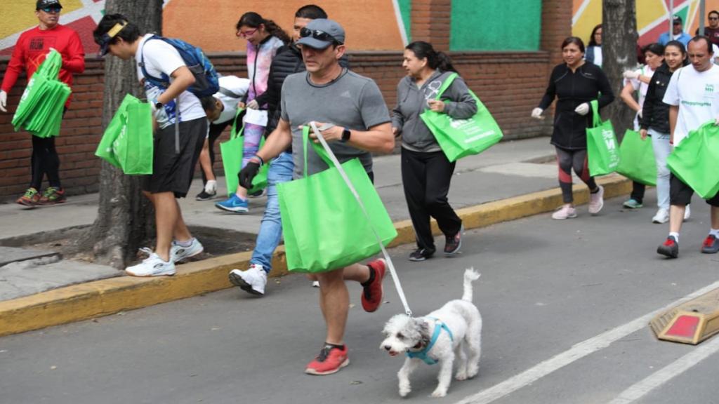 Los participantes corrieron y limpiaron desde el Deportivo Pavón hasta el Teatro Ángela Peralta. Foto: Especial