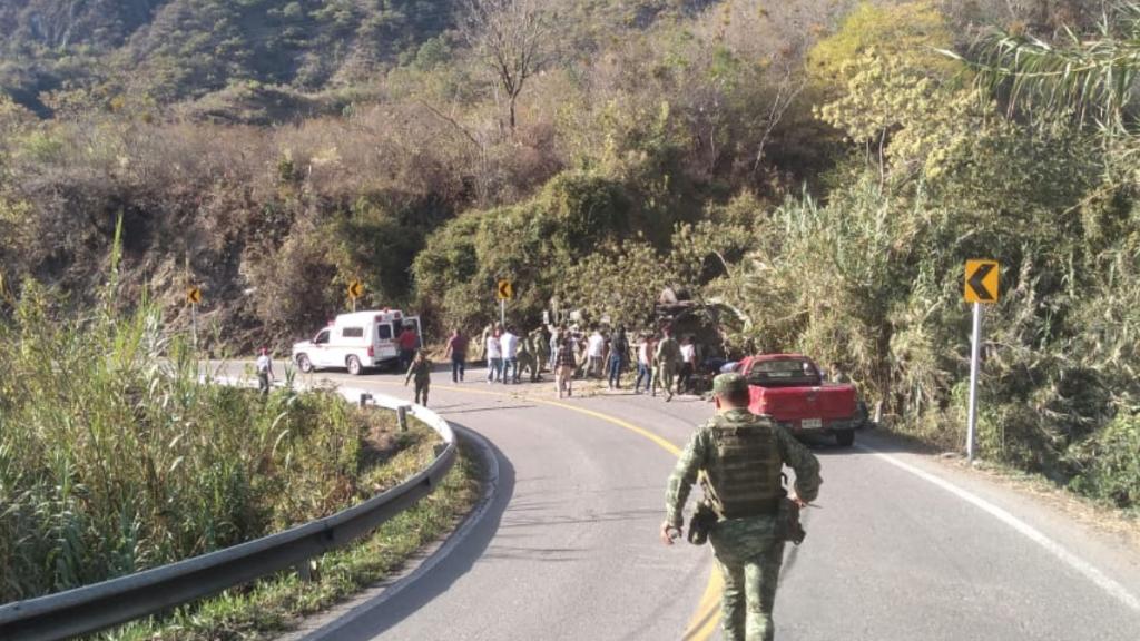 Militares muertos y heridos por volcadura en Oaxaca