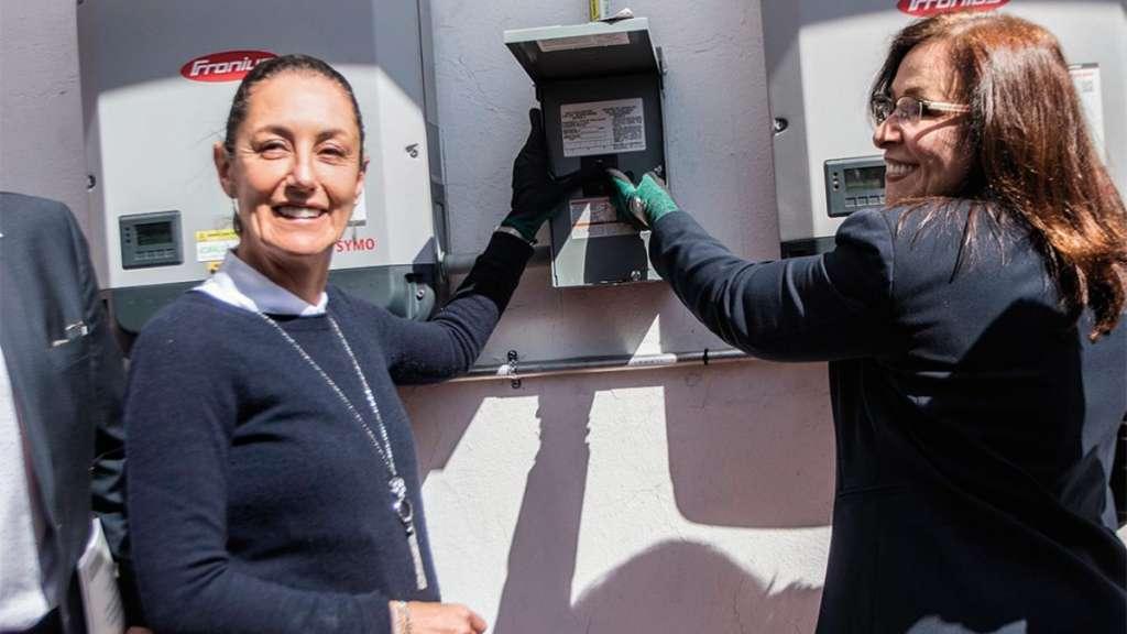 SUBEN SWITCH. Sheinbaum y Nahle activaron los techos solares fotovoltaicos en las azoteas de la Secretaría de Desarrollo Económico de la CDMX. Foto: CUARTOSCURO