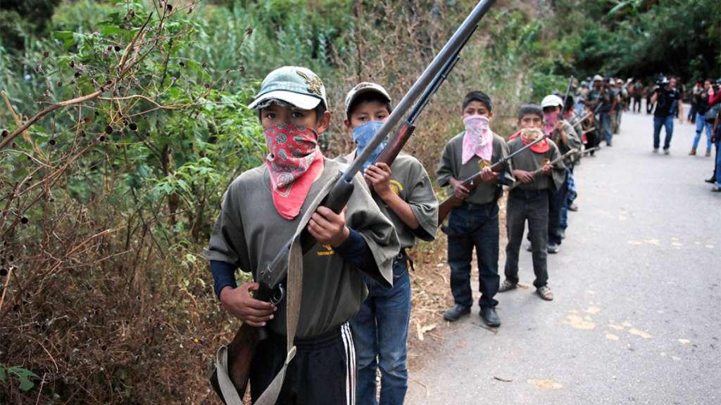 CHILAPA DE ÁLVAREZ. Vista general de un grupo de menores que fue presentado como policías comunitarios en el municipio de Chilapa en el estado de Guerrero. FOTO: EFE