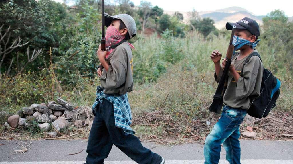 EXTREMO. Los infantes se entrenan para defenderse de grupos armados. Foto: EFE