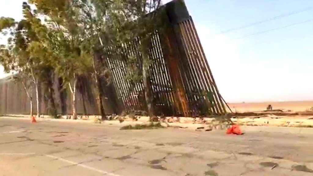Más de 30 metros de muro metálico que se levanta en la frontera entre Mexicali-Calexico se cayó a causa de los fuertes vientos en la zona