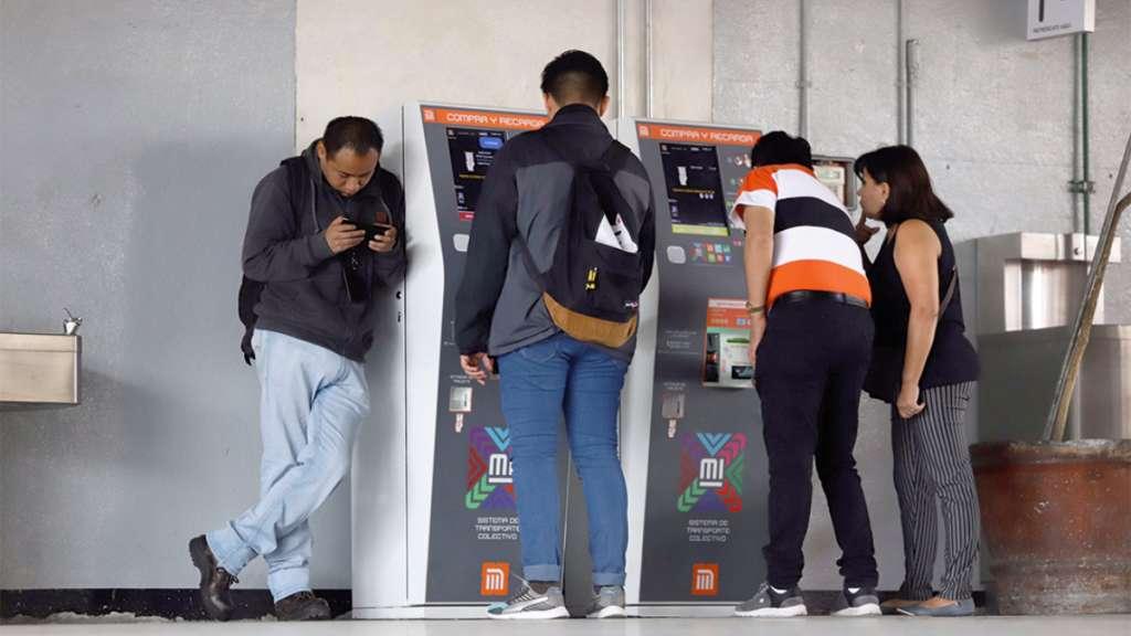 UN PESO ATÍPICO. Para legitimar el saldo pirata, los compradores depositan un peso en las nuevas máquinas expendedoras  de tarjetas. Foto: Víctor Gahbler