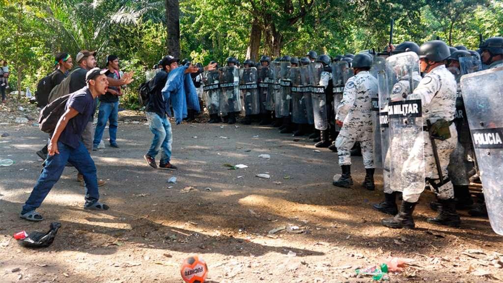 VIGILANCIA. Elementos federales resguardan la frontera sur, una caravana de Honduras está en marcha. FOTO: EFE