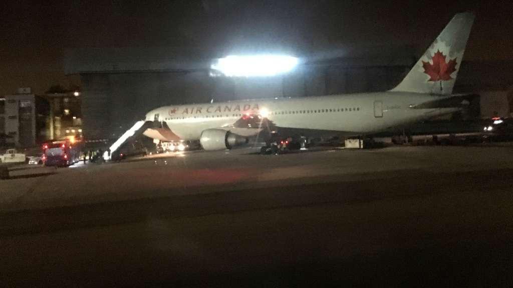 Piloto reacciona con pasajeros por aterrizaje de emergencia en Madrid