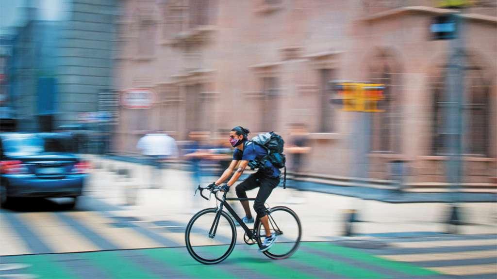 AVANCE LIMPÌO. A las 9:00 horas un ciclista se traslada, en promedio, a 16 km/h. FOTO: CUARTOSCURO.COM