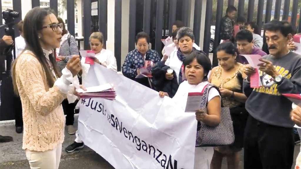 PROTESTA. Un grupo de personas manifestó su apoyo a la exfuncionaria, afuera del juzgado. Foto: Especial
