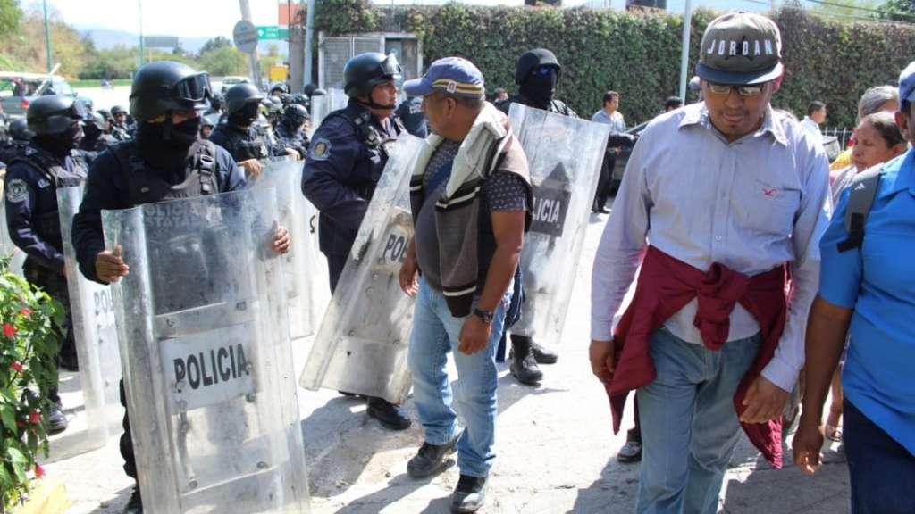 desalojo-policias-antimotines-guerrero-maestros-manifestantes-bloqueo-autopista-acapulco-chilpancingo