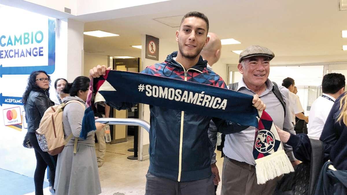 REFUERZO. El zaguero uruguayo ya posó con una sudadera y una bufanda del América. Foto: Especial