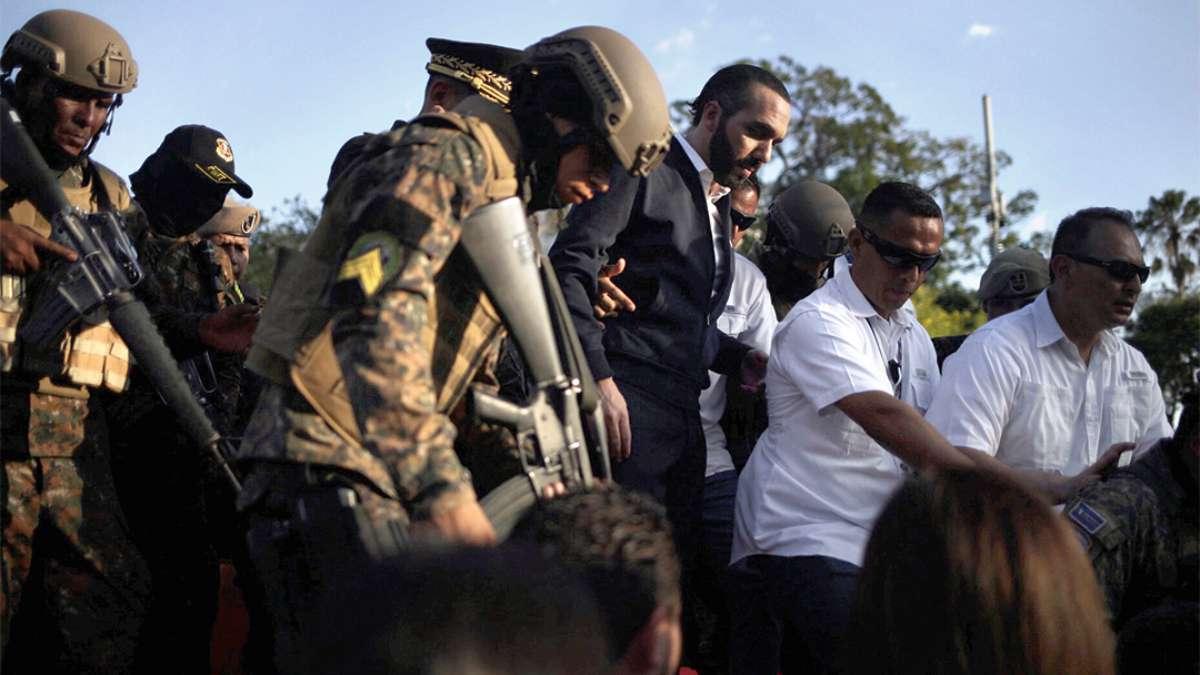 CONGRESO. El presidente Bukele salió de la sede parlamentaria resguardado por el ejército. FOTO: REUTERS