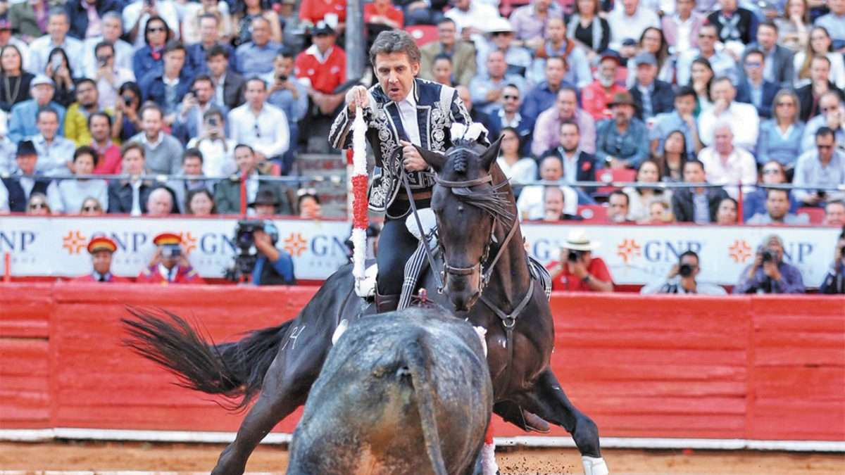 LOGRO. El caballista cumple el sueño de torear con su hijo en la Plaza México. Foto: Especial