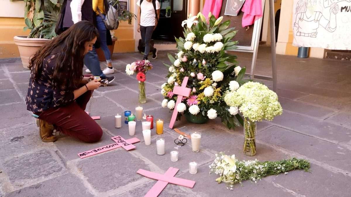 ENTRE FLORES. Estudiantes de la Benemérita Universidad Autónoma de Puebla homenajearon a la joven asesinada en la CDMX. Foto: CUARTOSCURO