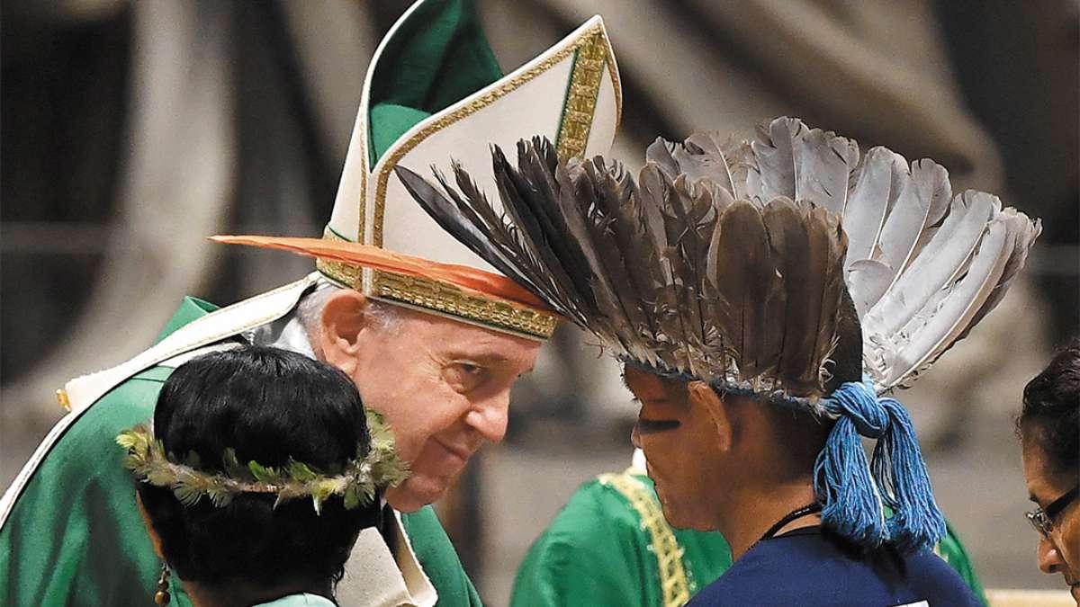 FUERON AL SÍNODO. En 2019, el Papa recibió en el Vaticano a un grupo étnico de las tribus amazónicas de Brasil, para la inauguración del Sínodo. FOTO: AFP