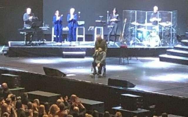 DISCULPA. Antes de suspender el show, salió en silla de ruedas a despedirse. Foto: Especial
