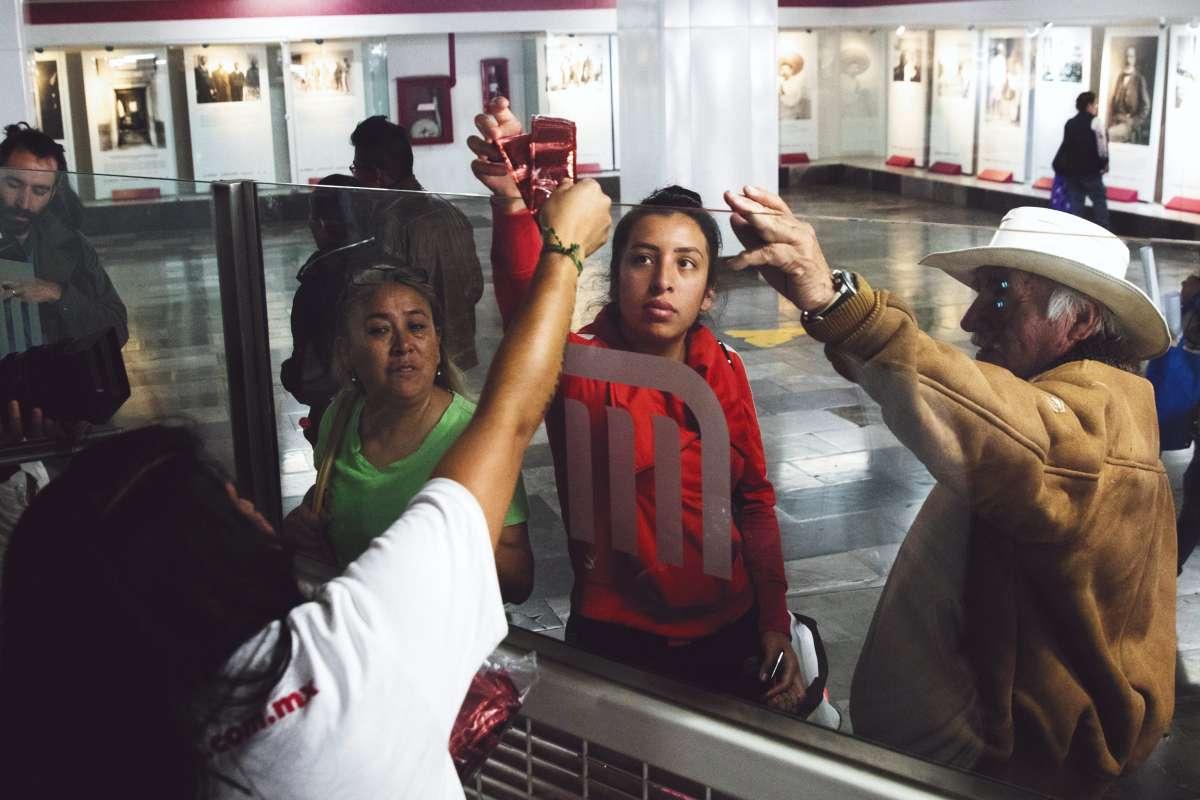 PREVENCIÓN. Los preservativos se repartieron en 24 estaciones del Metro a personas de todas las edades. Foto: CUARTOSCURO