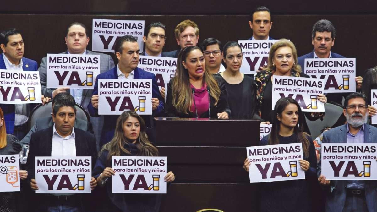 TRIBUNA. Algunos diputados se manifestaron contra el desabasto de medicinas. Foto: CUARTOSCURO