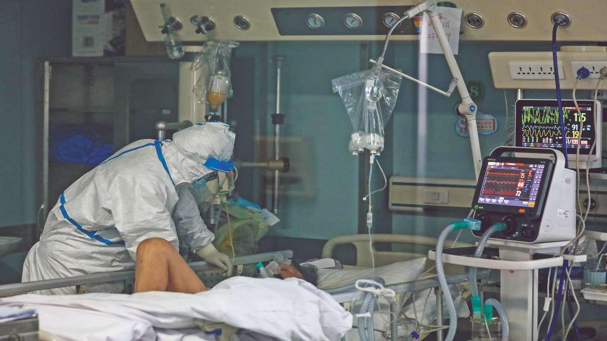 CASOS GRAVES. Los pacientes en condición crítica son atendidos en el hospital Jinyintan, en la ciudad de Wuhan. Foto: AP