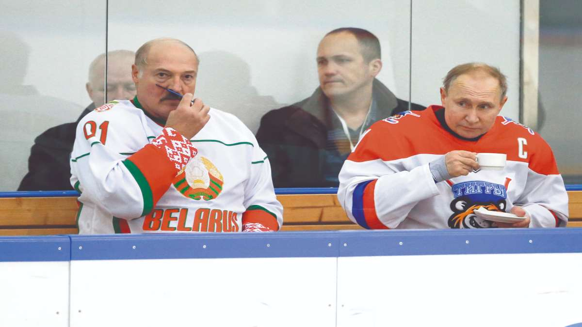 SOCHI. Putin junto a su par de Bielorrusia, Alexander Lukashenko, en un partido de hockey. Foto: AFP