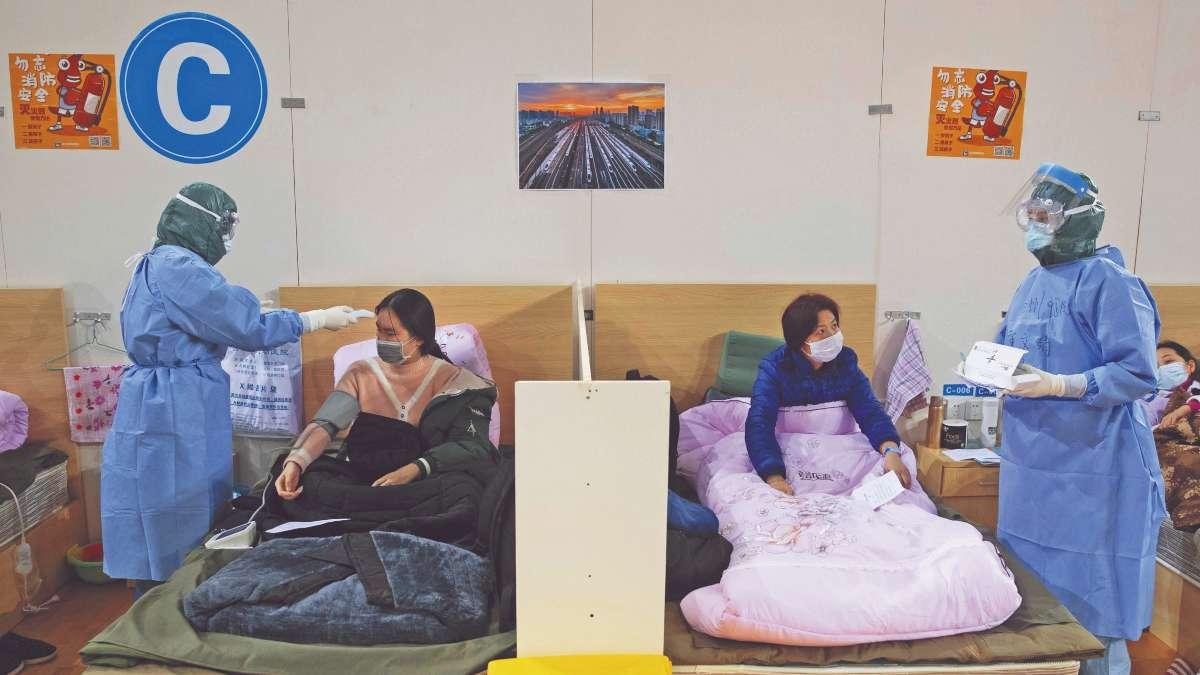 HOSPITALES A TOPE. Por la alta demanda, pacientes no graves son atendidos en edificios adaptados como clínicas. Foto: EFE
