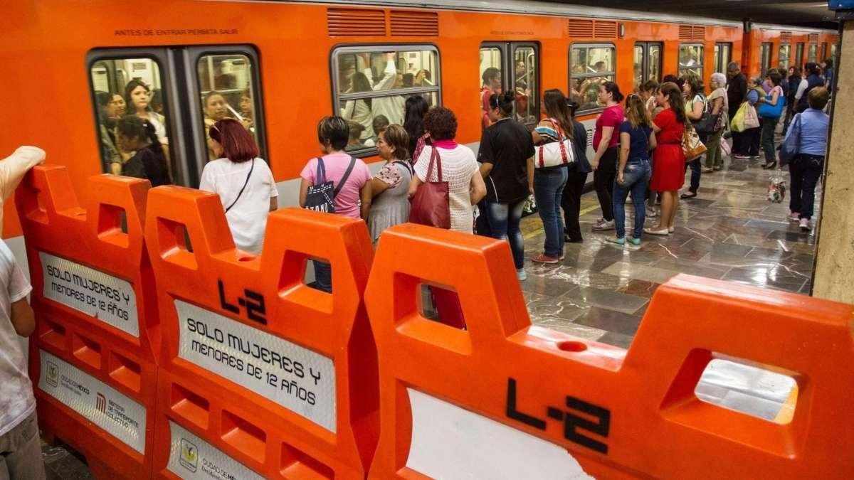 Se arroja una persona en la Linea 1 del Metro. foto: Cuartoscuro