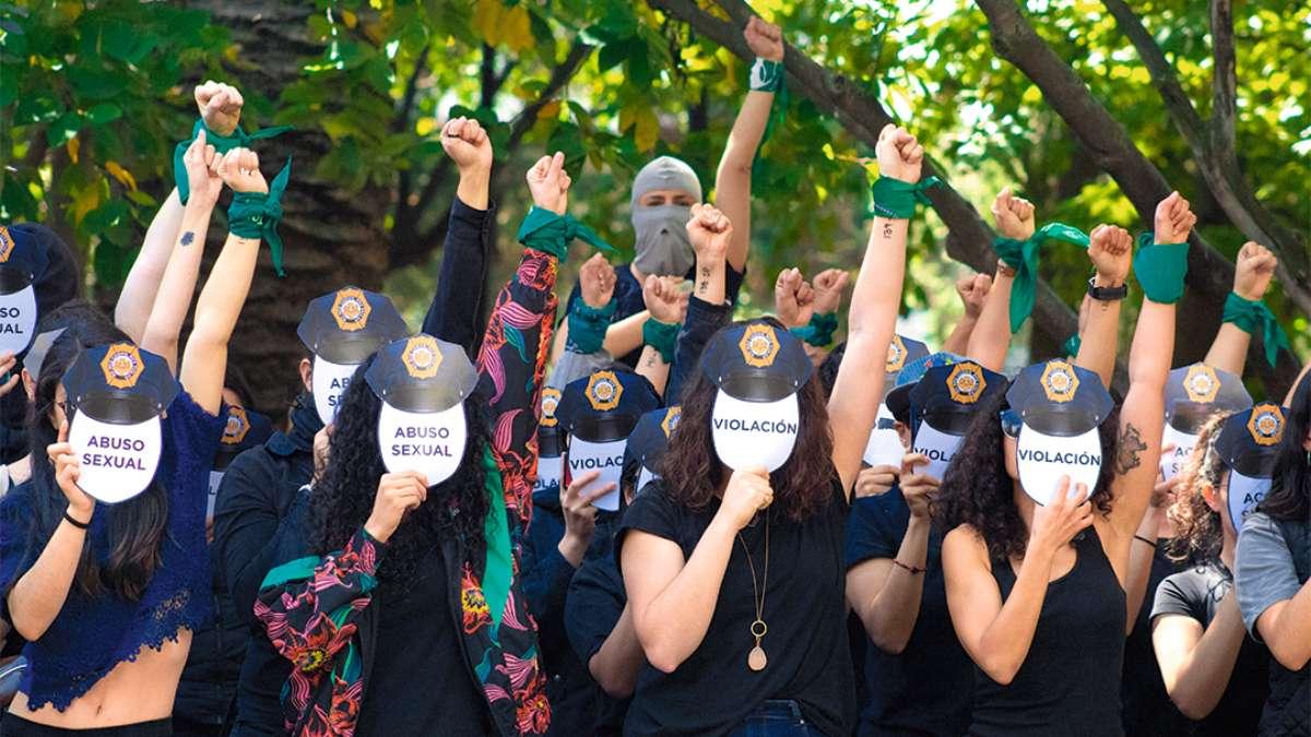 GRITO. Feministas hicieron un performance para exigir justicia por abusos cometidos por policías. Foto: Cuartoscuro