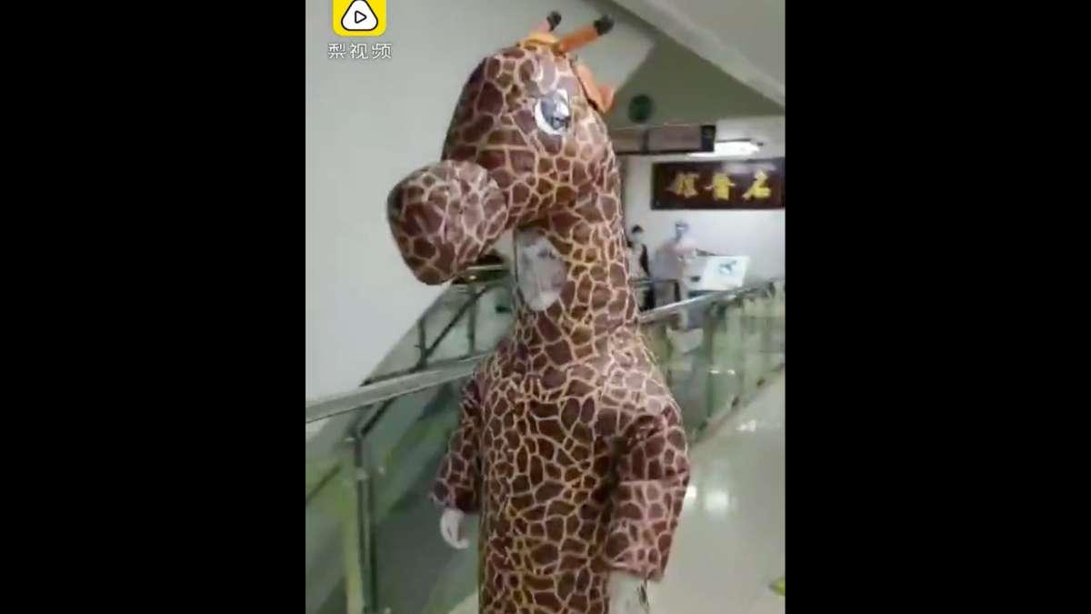 mujer disfraz jirafa coronavirus China