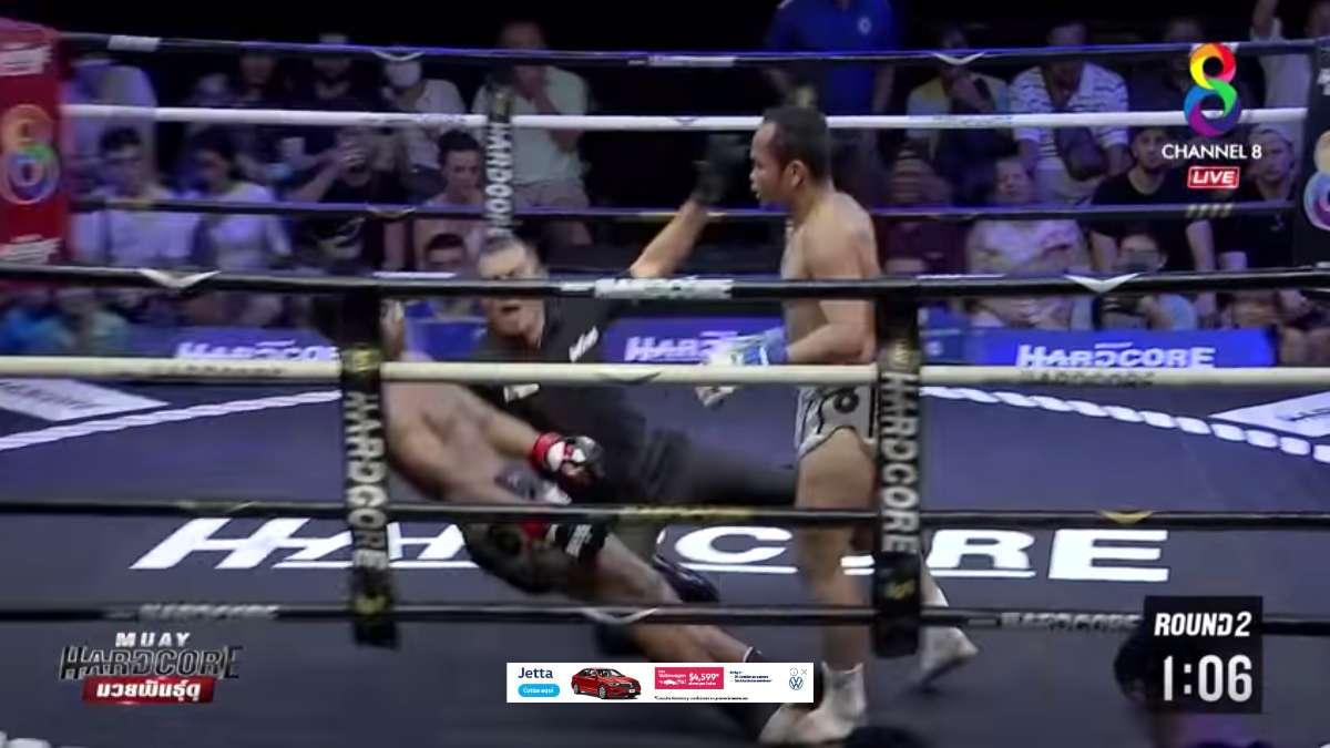 Tras impresionante nocaut, referi detiene caida de peleador y se viste de héroe: VIDEO