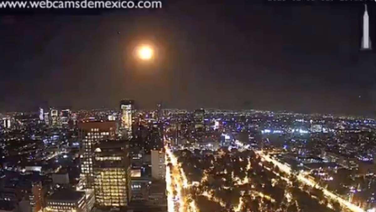 Cámaras ubicadas en la CDMX y Puebla captaron la entrada del meteorito a la atmósfera. FOTO: @webcamsdemexico