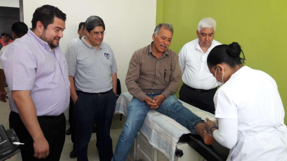 """CREADOR. El científico (extrema izquierda) produjo una crema que ayuda a evitar el """"pie diabético"""". Foto: José Luis López"""