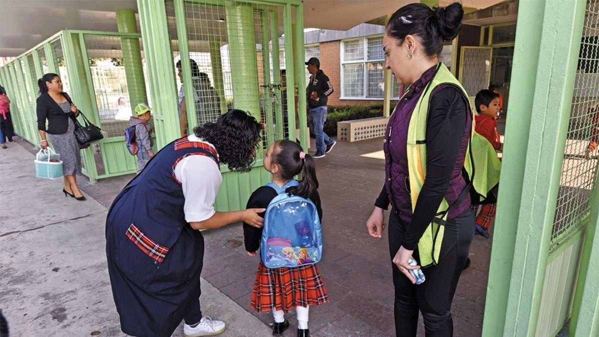 ACOMPAÑAMIENTO. Las tres entidades buscan que los menores nunca queden en una situación vulnerable a la hora de dejar los planteles escolares. Foto: CUARTOSCURO