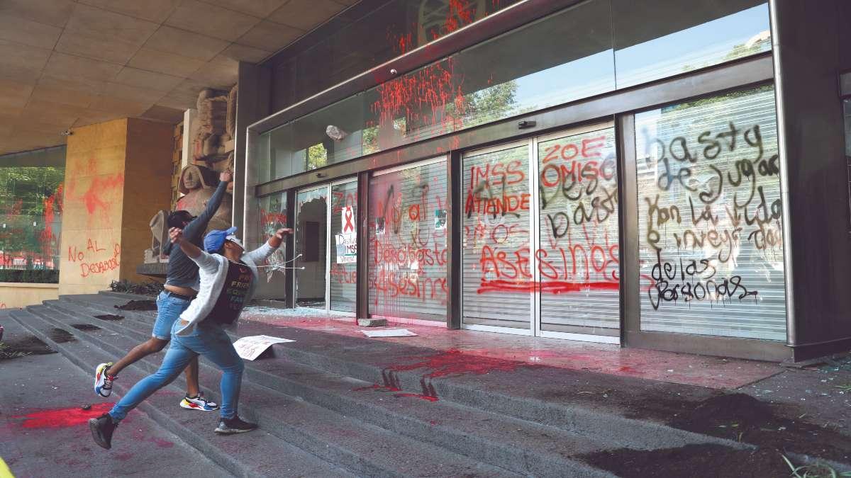 RECLAMO. Los inconformes rompieron cristales en la sede del Instituto. Foto: EFE