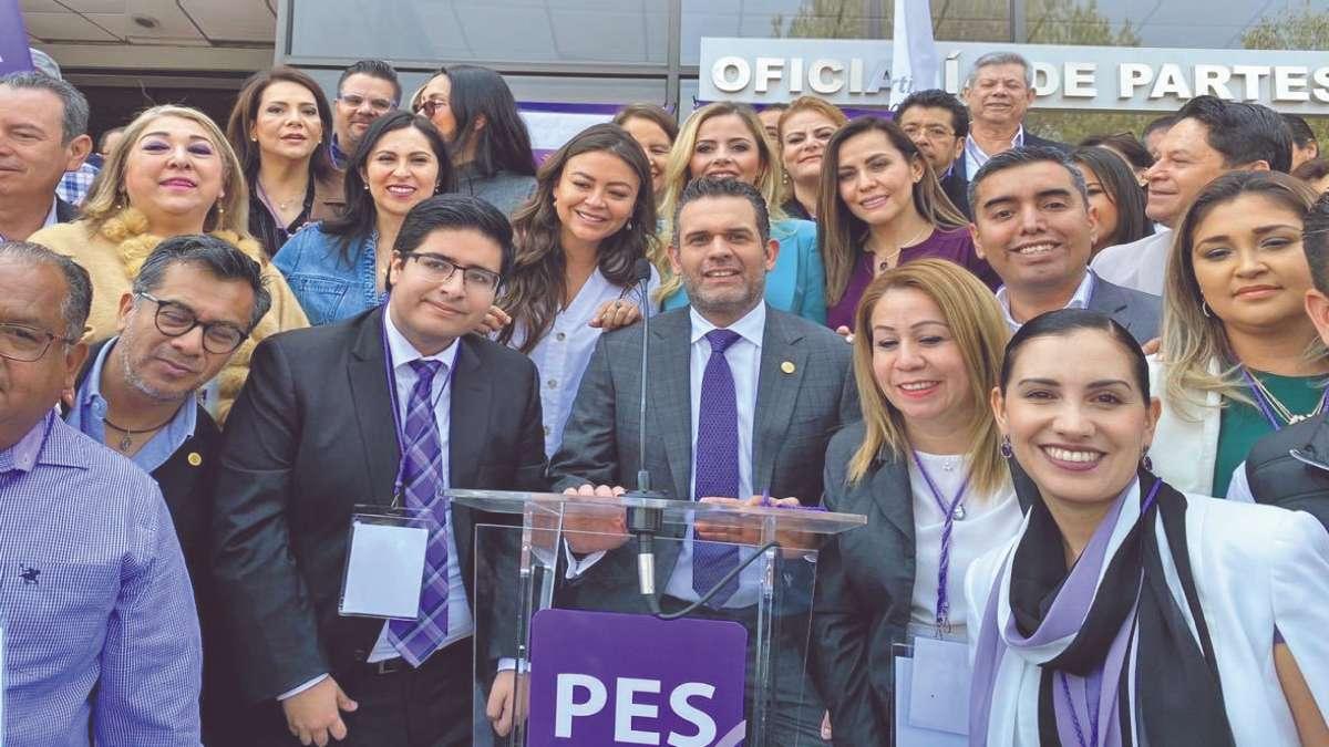 DE NUEVO. Representes del PES celebran la entrega de los requisitos ante la autoridad electoral. Foto: Especial