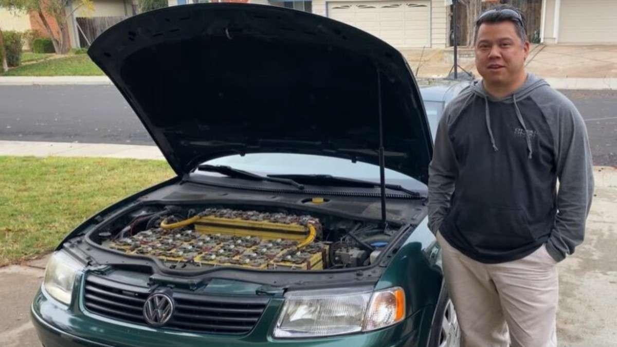 El ingeniero destaca que aunque la conversión la realizó hace más de una década el automóvil funciona de manera normal. Foto. Especial
