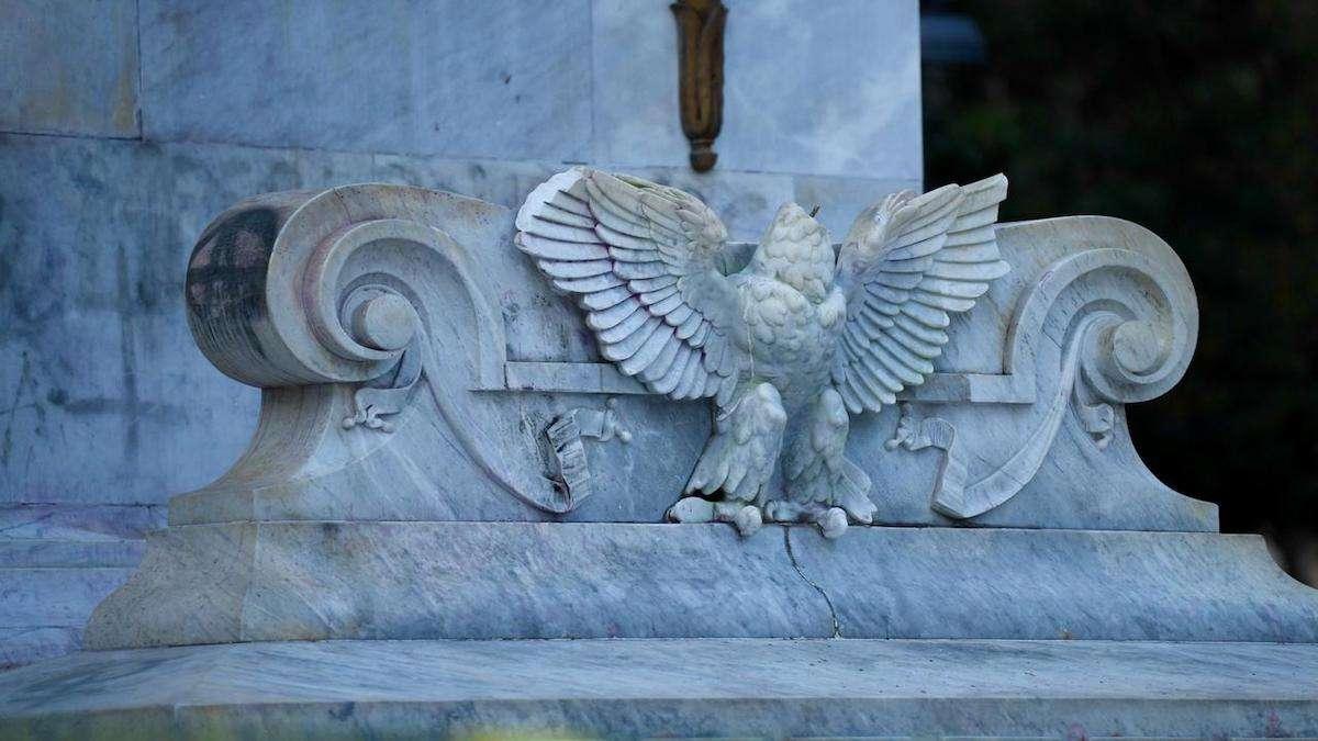 Vandalizan águila del Hemiciclo a Juárez