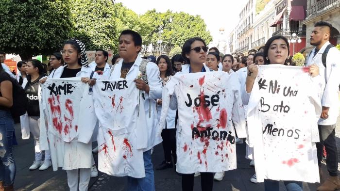 Estudiantes avanzan por las calles de Puebla; exigen justicia. FOTO: Especial