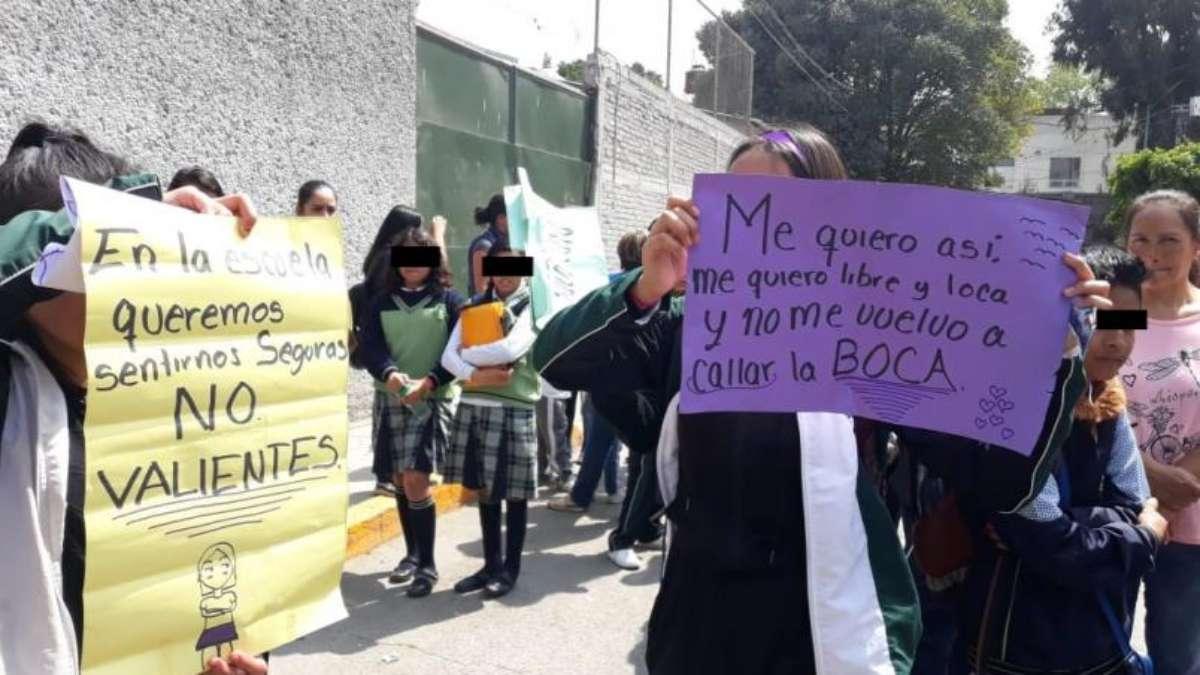 EXIGENCIA. Las alumnas intentaron protestar ayer, pero les quitaron las cartulinas los maestros. Foto: Especial