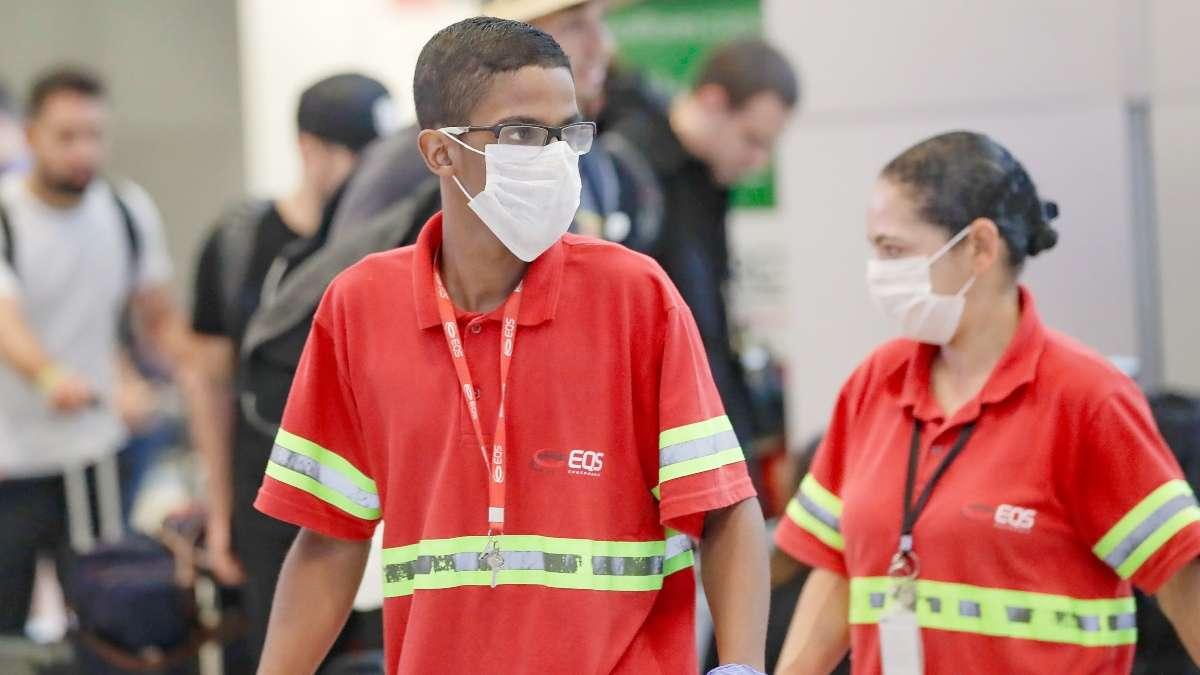 Los empleados del aeropuerto usan máscaras como precaución contra la propagación del nuevo coronavirus COVID-19 mientras trabajan en el Aeropuerto Internacional de Sao Paulo. Foto: AP